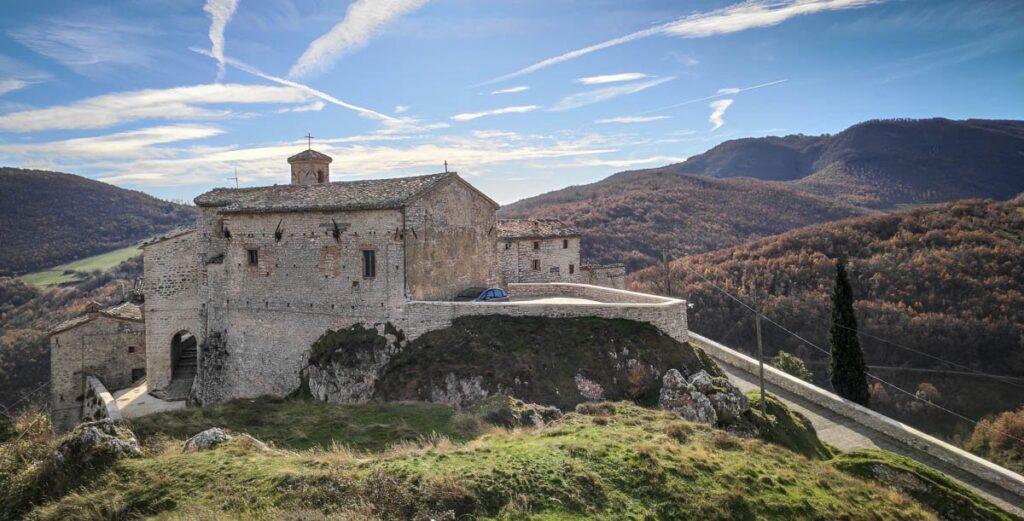 il borgo visto da uno sperone di roccia che affianca Elcito