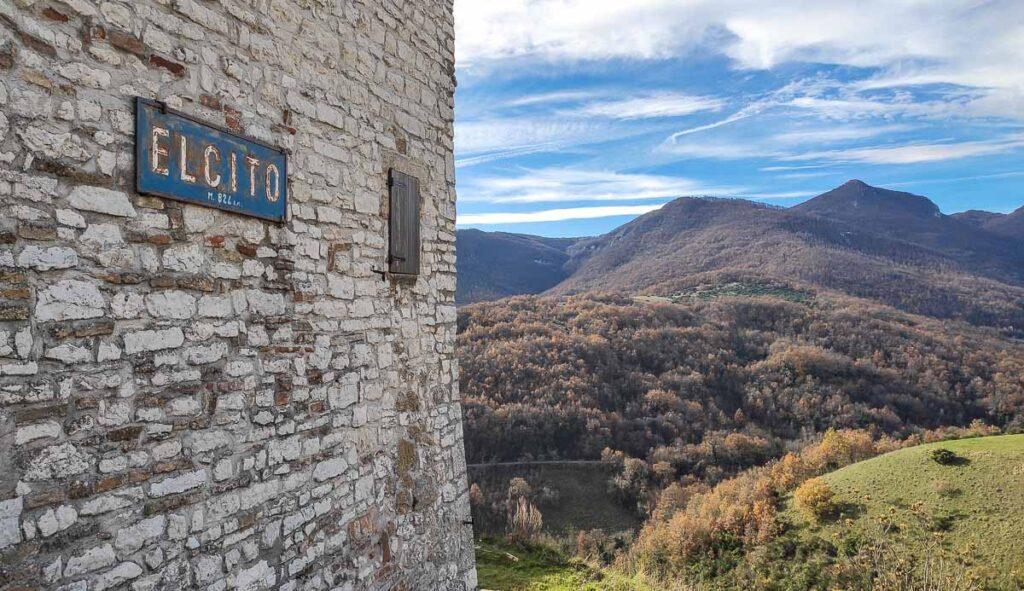 ingresso del borgo di Elcito con lo storico cartello