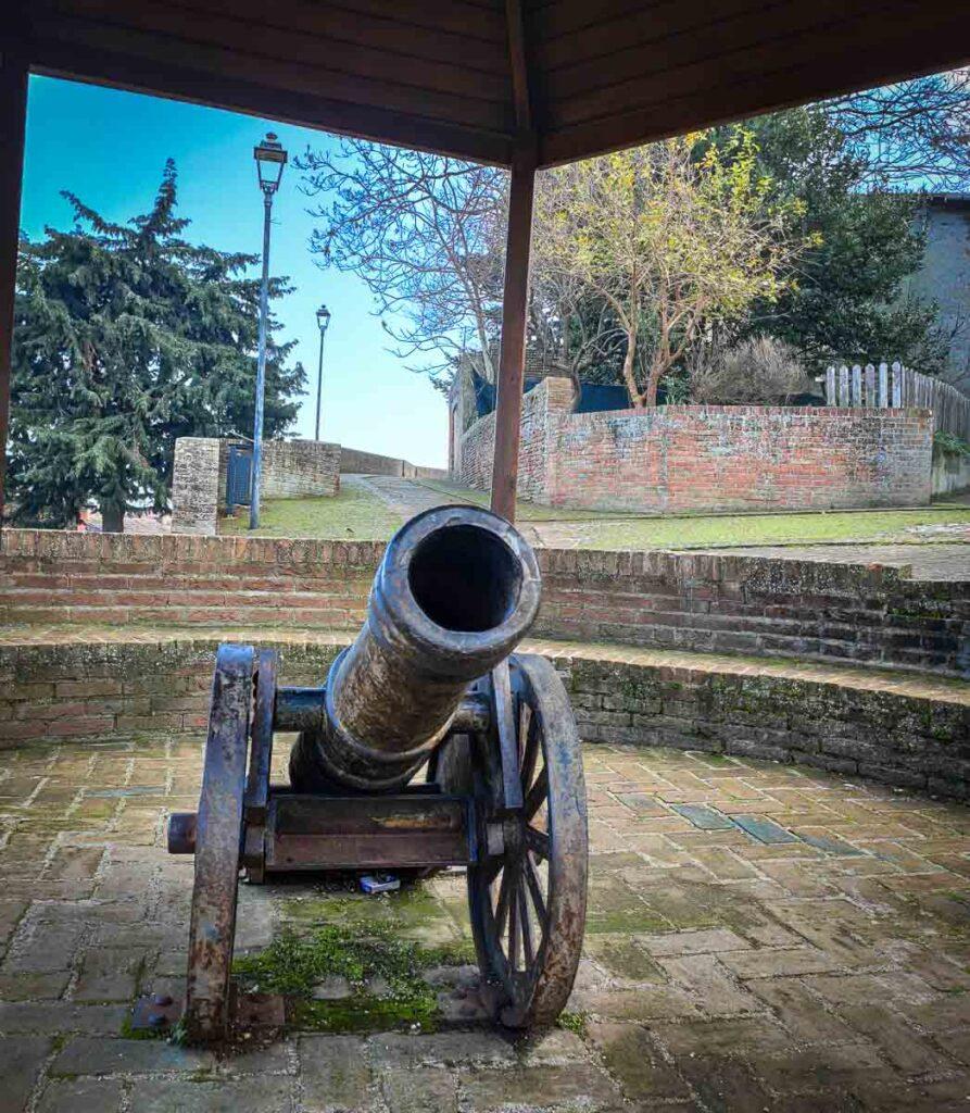 un antico pezzo d'artiglieria, un cannone, usato per difendere il borgo