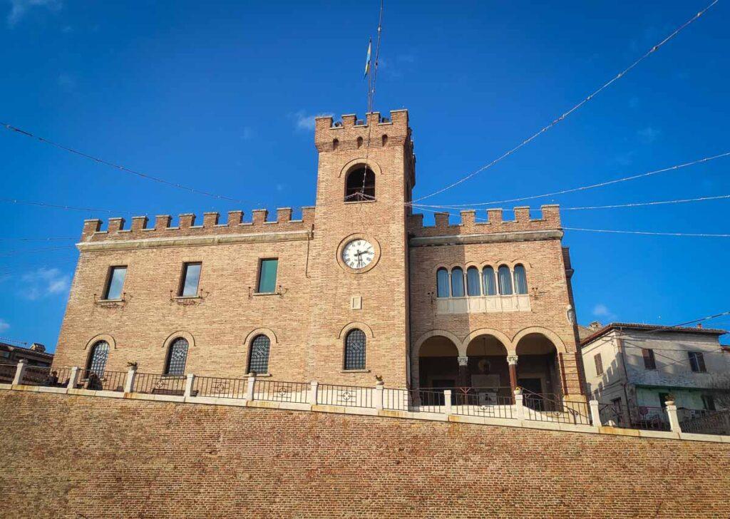 il Palazzo Comunale di Mondolfo, la torre civica con l'orologio