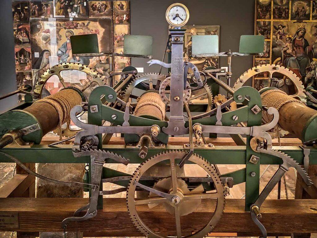 Meccanismo funzionante di un orologio esposto nel Museo di Mondolfo