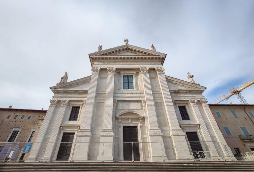 facciata del Duomo di Urbino, chiuso per lavori di restauro