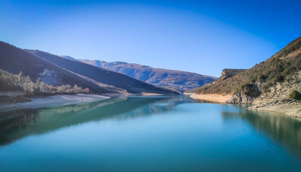 il lago di fiastra visto dalla diga
