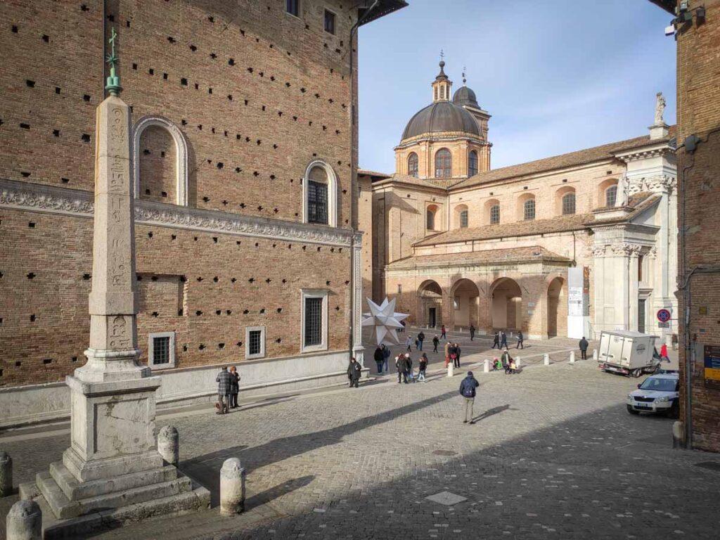 Urbino: obelisco, Palazzo Ducale e Cattedrale